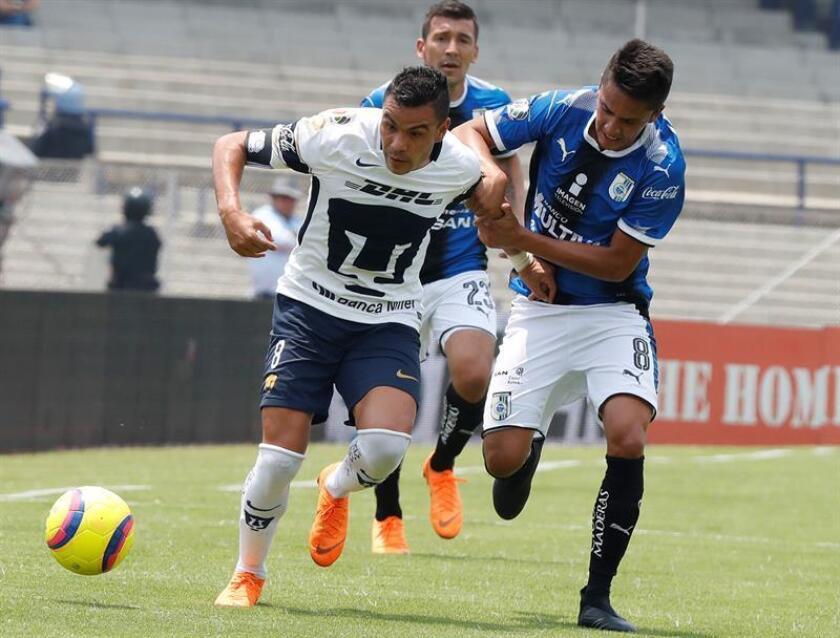 El jugador de Pumas Pablo Barrero (i) disputa el balón con Aldo Arellano (d), de Querétaro, hoy, domingo 29 de abril de 2018, durante un juego por la jornada 17 del torneo mexicano de fútbol, en el estadio Olímpico Universitario de Ciudad de México (México). EFE