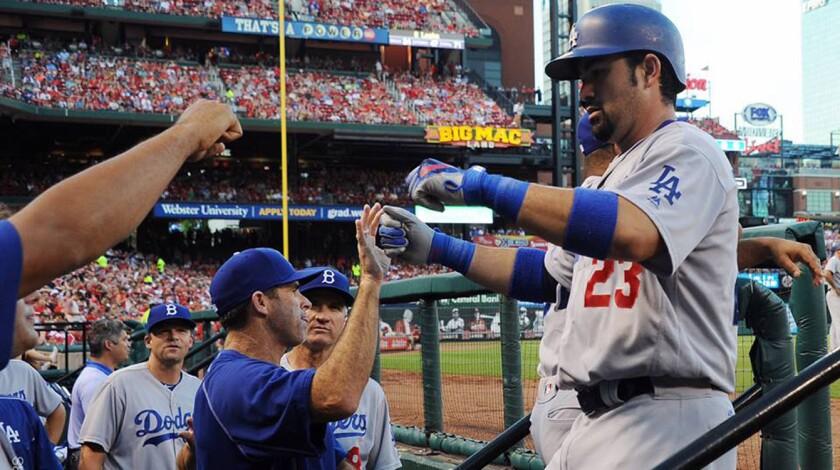 Adrián González es felicitado tras conectar su octavo jonrón con los Dodgers.