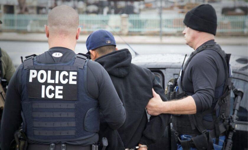Agentes de ICE detienen a una persona en un operatico en Los Ángeles.