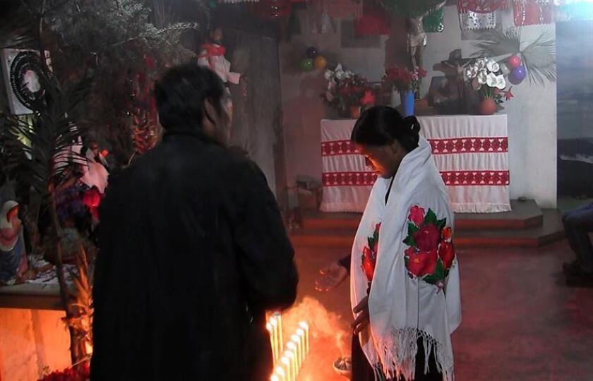 Fotograma extraído de un vídeo fechado el 13 de abril de 2018, que muestra a un médico tradicional que realiza una curación a una mujer en San Cristóbal de las Casas, Chiapas (México). EFE