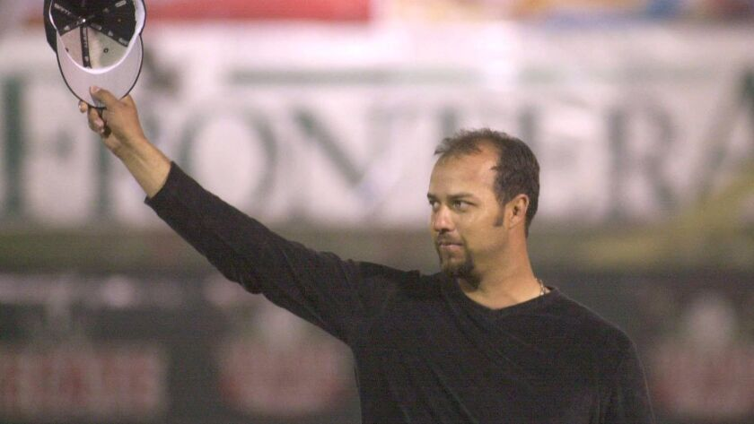 ESTEBAN LOAIZA, Tijuana native and current pitcher for the Chicago White Sox, acknowledges the crowd