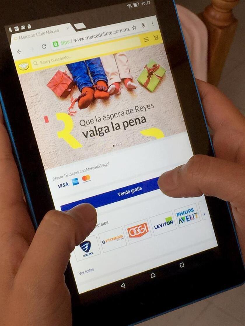 Una persona realiza una compra por internet hoy, sábado 6 de enero de 2018, en Ciudad de México (México). El comercio electrónico arranca 2018 con una buena racha debido a la época de fiestas, que abarca desde la Navidad hasta el Día de Reyes, pues en el centro del país se acostumbra que los niños reciban regalos esos días. EFE