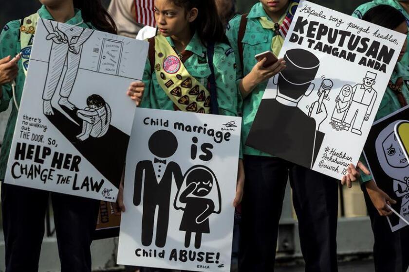 Activistas sostienen pancartas mientras se reúnen afuera del edificio del parlamento, el martes 13 de noviembre de 2018, para entregar un memorando y peticiones para terminar con el matrimonio infantil, en Kuala Lumpur (Malasia). EFE/Archivo
