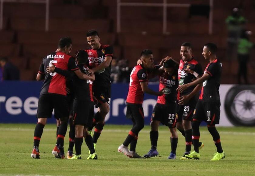Jugadores de Melgar celebran el gol de Alexis Arias contra Universidad de Chile este martes en un partido de la Copa Libertadores entre FBC Melgar - Universidad de Chile, celebrado en el estadio Monumental de la UNSA en Arequipa (Perú). EFE