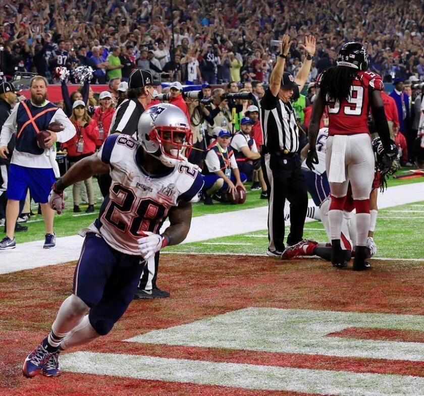 El receptor James White (i) celebra el histórico touchdown que selló la victoria de los Patriots de Nueva Inglaterra en la edición 51 del Super Bowl. EFE