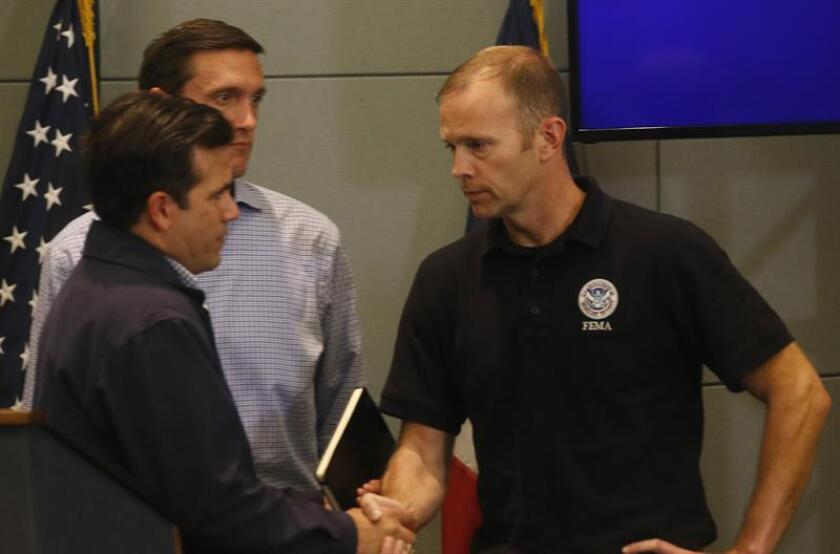 El gobernador de Puerto Rico, Ricardo Rosselló (i), saluda al administrador de la Agencia Federal para la Gestión de Emergencias (FEMA), Brock Long (d). EFE/Archivo
