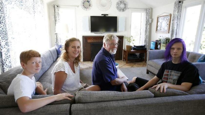La familia Liljestrand, desde la izquierda, Oskar Liljestrand, Gwen Everman, Eric Liljestrand y Melissa Liljestrand, en su sala de estar, en Los Ángeles (Francine Orr / Los Angeles Times).
