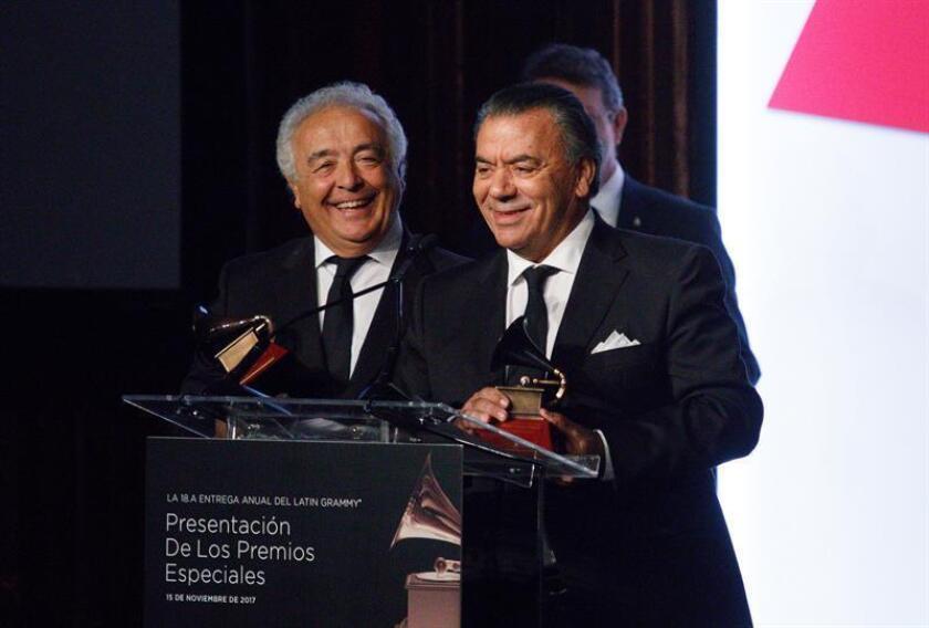 Los cantantes Antonio Romero Monge (i) y Rafael Ruiz Perdigones (d) integrantes del dúo Los del Río reciben sus premios a la Excelencia Musical durante la ceremonia de entrega de Premios Especiales de los Grammy Latino, que se realiza en Las Vegas, Nevada (Estados Unidos). EFE