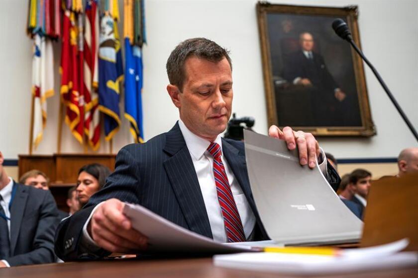El alto funcionario del FBI Peter Strzok se prepara para testificar antes de compadecer ante la Cámara del Comité de Justicia por la actuación del FBI y el Departamento de Justicia (DOJ) sobre la supuesta injerencia rusa en las elecciones de 2016, en el edificio de las oficinas de la Cámara Rayburn, en Washington (EE. UU), hoy, 12 de julio de 2018. EFE