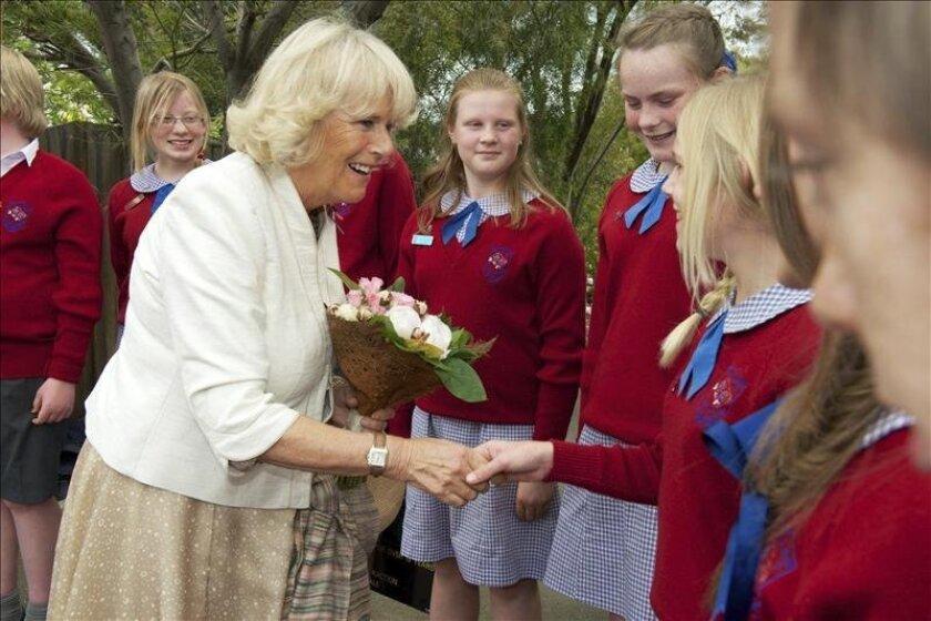 Camila (c), duquesa de Cornualles, saluda a varias estudiantes durante su visita a Richmond, norte de Hobart, Tasmania (Australia), en noviembre de 2012. EFE/Archivo