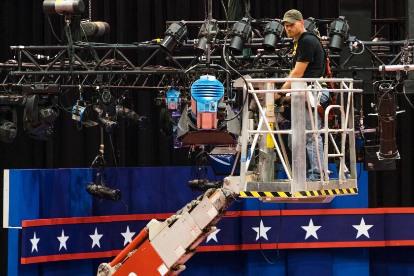 Un técnico examina las luces durante los preparativos para el primer debate presidencial entre la demócrata Hillary Clinton y el republicano Donald Trump, el sábado 24 de septiembre de 2016, en la Universidad Hofstra en Hempstead, Nueva York. El debate es el lunes 26. (AP Foto/J. David Ake)