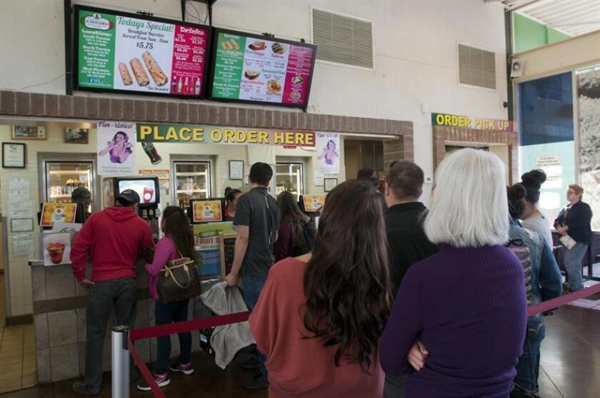 """Un grupo de personas compra comida en el restaurante """"""""El Güero Canelo"""" este 19 de enero de 2018, en Tucson, Arizona (EE.UU.). Los sabores de los restaurantes """"El Güero Canelo"""" y """"Los Hernández Tamales"""", cuyos olores se cocinaron en carretillas en la calle, han logrado ganar el paladar del jurado de los premios """"Clásicos de América"""" que concede la prestigiosa Fundación James Beard. Esta fundación, que también entrega los Premios Gastronómicos James Beard, considerados los Óscar de la culinaria internacional, dio a conocer esta semana los cinco ganadores de estos reconocimientos, entre los que figuran esos dos locales, ubicados en Arizona y Washington y cuyos dueños son inmigrantes mexicanos. EFE"""