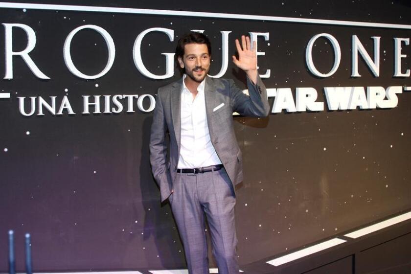 """Siendo niño, Diego Luna creció amando películas como """"Star Wars: A New Hope"""", a pesar de que no se viera reflejado en ellas. Ahora, convertido en el primer protagonista mexicano de la saga galáctica con """"Rogue One"""", celebra que el cine actúe como """"espejo de la realidad"""". EFE/ARCHIVO"""