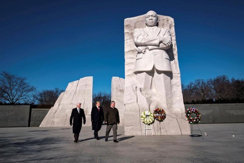 El presidente de los Estados Unidos, Donald J. Trump (c), y el vicepresidente, Mike Pence (i), visitan el Monumento a Martin Luther King este lunes, en Washington, Estados Unidos. Trump y Pence realizaron una ofrenda floral en el monumento. EFE/ POOL