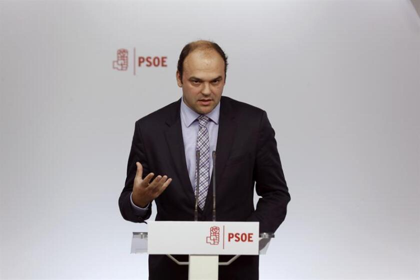 El responsable del área económica de la Ponencia marco del PSOE, José Carlos Díaz, durante la rueda de prensa que ha ofrecido hoy en la sede de la calle Ferraz. EFE