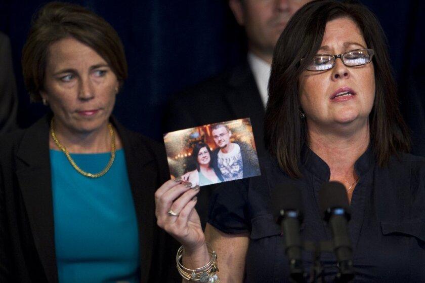 Una madre muestra la foto de su hijo que murio a causa del fentanilo.