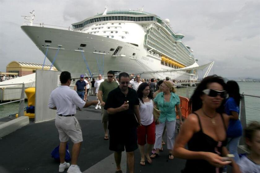 Varios turistas del crucero 'Freedom of the Seas', de la compañía Royal Caribbean, a su llegada al puerto de San Juan (Puerto Rico), durante uno de sus viajes por el mar Caribe. EFE/Archivo