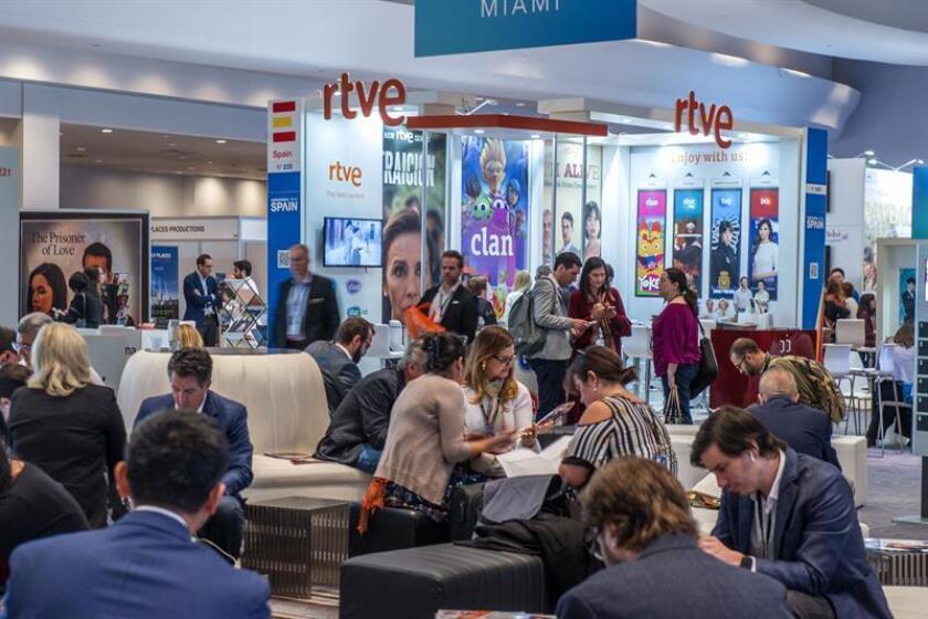 Personas visitan el estand de Radio Televisión Española (RTVE) durante la conferencia anual de la Asociación Nacional de Ejecutivos de Programas Televisivos (Natpe) hoy, martes 16 de enero de 2018, en Miami, Florida (EE.UU.). EFE