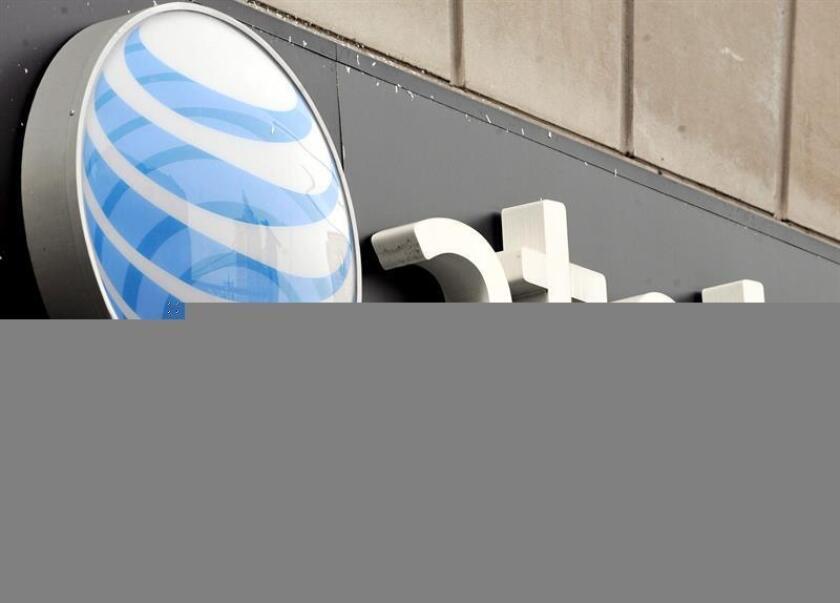 Fotografía que muestra el logotipo de AT T en una de sus tiendas en Nueva York (Estados Unidos). EFE/Archivo