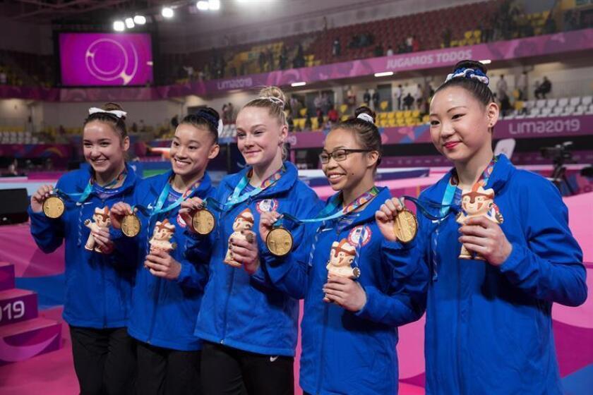 Miembros del equipo de gimnasia de EE.UU. posan con sus medallas de oro durante los Juegos Panamericanos Lima 2019, en Lima (Perú). EFE/Orlando Barría