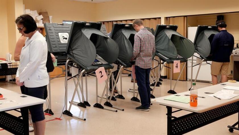 Estadounidenses acuden a votar a un colegio electoral en Houston, Texas (Estados Unidos), hoy, 6 de noviembre de 2018. Estados Unidos celebra hoy unas elecciones legislativas en las que se renovarán los 435 escaños de la Cámara de Representantes y un tercio de los 100 del Senado, y servirán para medir el grado de apoyo del presidente, Donald Trump, tras dos años de mandato. EFE