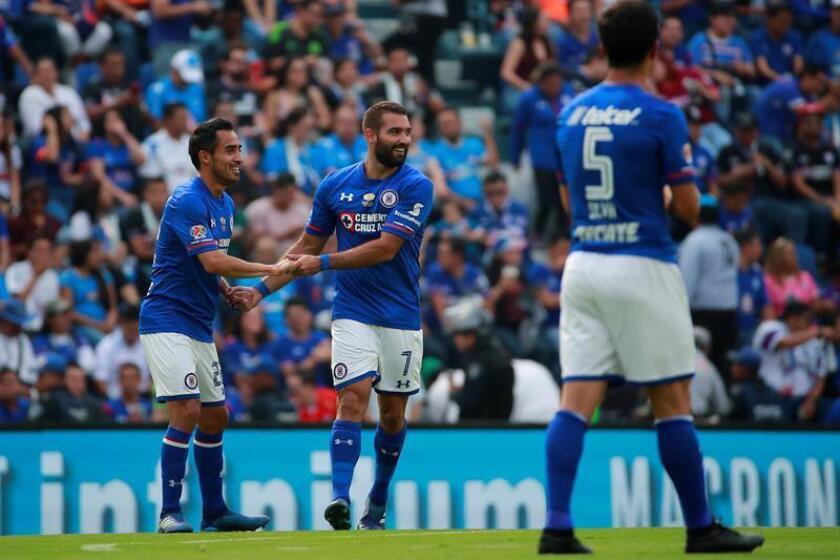 El jugador Martín Cauteruccio (c) de Cruz Azul celebra una anotación ante Morelia. EFE/Archivo