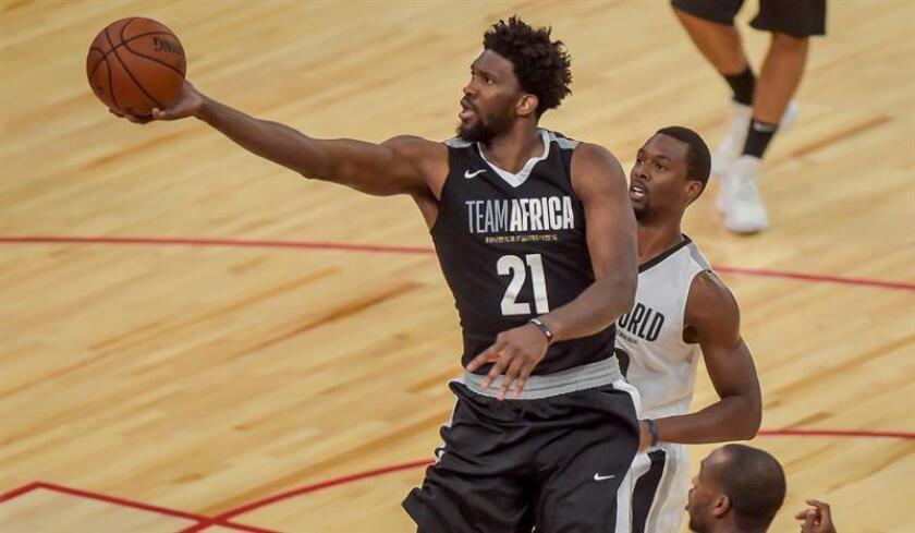 Joel Embiid (imagen) anotó 31 puntos y 13 rebotes, Ben Simmons se acercó al triple-doble al conseguir 20 puntos, 11 rebotes y nueve asistencias, y Jimmy Butler sumó 19 tantos para el equipo de Filadelfia en su primer partido contra su ex equipo. EFE/Archivo