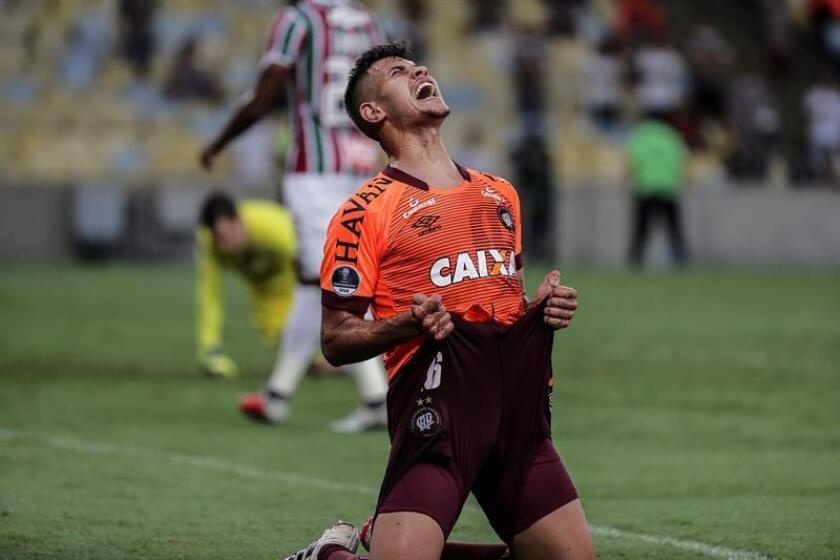 Bruno Guimarães de Atlético Paranaense celebra la anotación de un gol hoy durante la semifinal de la Copa Sudamericana entre Fluminense y el Atlético Paranaense, en el Estadio Maracaná de Río de Janeiro (Brasil). EFE