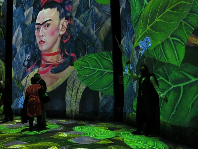 """Visitantes disfrutan de la inauguración de la exposición inmersiva sobre Frida Kahlo """"Frida"""" en Ciudad de México."""