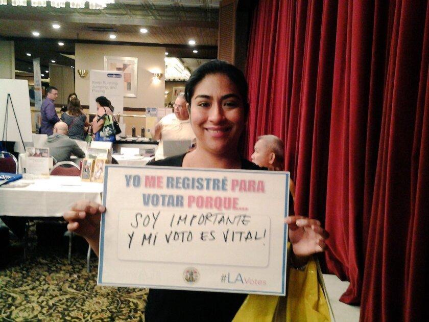 Foto del Registro Civil de Votantes en L.A., donde una joven expresa el por qué es importante registrarse para participar en las elecciones del martes 7 de junio.