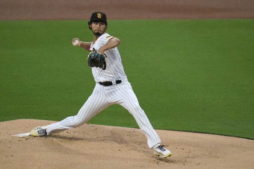El abridor de los Padres de San Diego Yu Darvish lanza en el primer inning del juego de la MLB