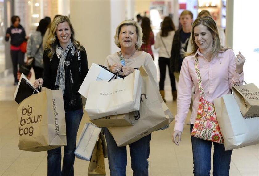 Tres mujeres cargan con sus compras en el centro comercial de Lenox en Atlanta, Georgia. EFE/Archivo