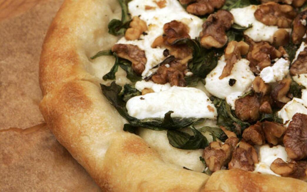 Arugula, goat cheese and walnut pizza