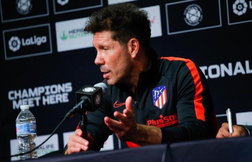 El director técnico del Atlético de Madrid, Diego Simeone, habla durante una conferencia de prensa después del partido del Atlético de Madrid frente al Real Madrid, disputado en el estadio MetLife en East Rutherford, Nueva Jersey (EE.UU.). EFE/Kena Betancur