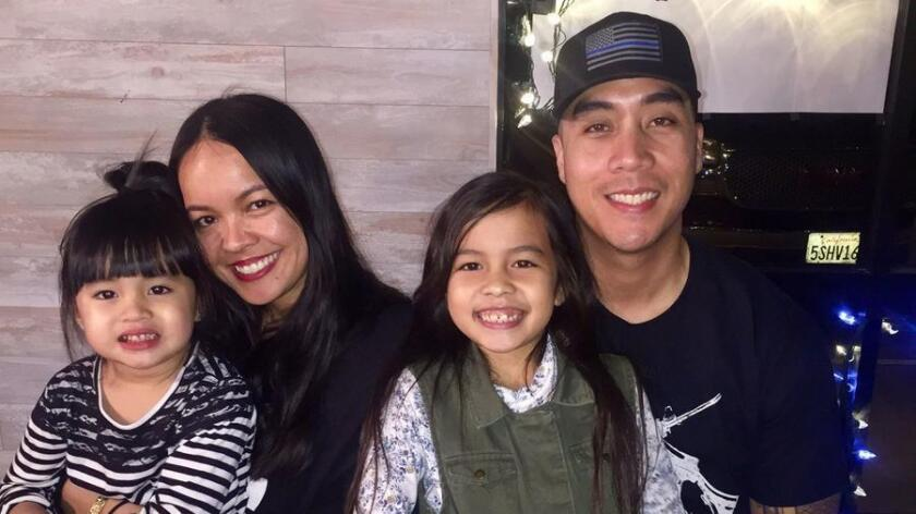 El oficial del LAPD Matthew Medina con su esposa, Angelee, y sus hijas, Sadie, 4, y Cassiah, 8 (foto familiar).