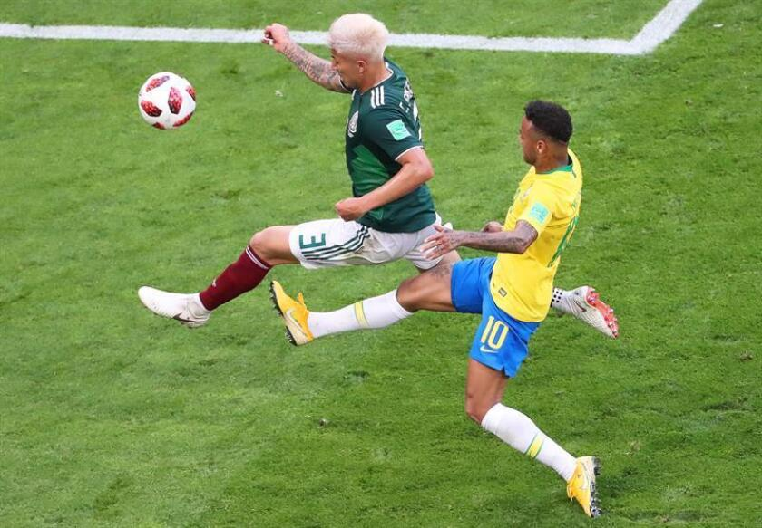RUSSIA SOCCER FIFA WORLD CUP 2018:Samara (Russian Federation), 02/07/2018.- Neymar (R) of Brazil in action against Carlos Salcedo (L) of Mexico during the FIFA World Cup 2018 round of 16 soccer match between Brazil and Mexico in Samara, Russia, 02 July 2018. EFE-EPA/TATYANA ZENKOVICH EDITORIAL USE ONLY