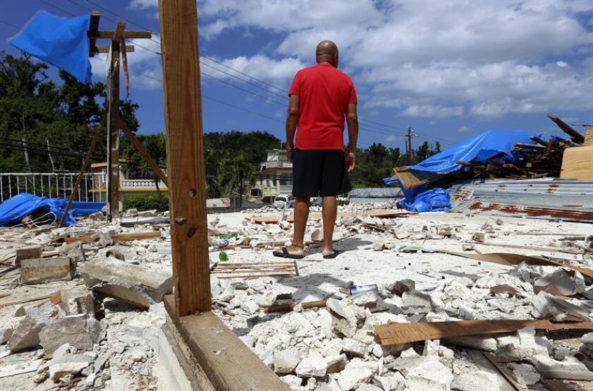 Un hombre observa los escombros de su casa destrozada por el paso del huracán María hoy, martes 20 de marzo de 2018, en Dorado, municipio localizado en la costa norte de Puerto Rico. EFE
