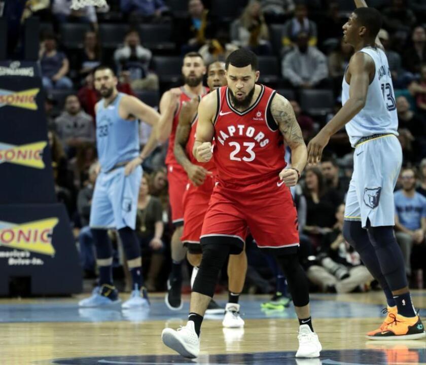 Fred VanVleet de Toronto Raptors en celebra una cesta que le dio la delantera a su equipo, en un partido de la NBA entre Toronto Raptors y Memphis Grizzlies Basketball, en FedExForum en Memphis, Tennessee (EE.UU.). EFE
