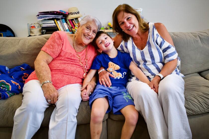 جان رودریگز 6 ساله به همراه مادربزرگ مادر بزرگش النا چاوز و مادربزرگش النا بلاسر روی کاناپه.