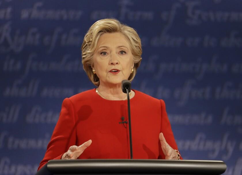La candidata presidencial demócrata Hillary Clinton hace declaraciones durante el debate con su contrincante republicano Donald Trump en la Universidad Hofstra en Hempstead, Nueva York, el lunes 26 de septiembre de 2016. (AP Foto/Julio Cortez)