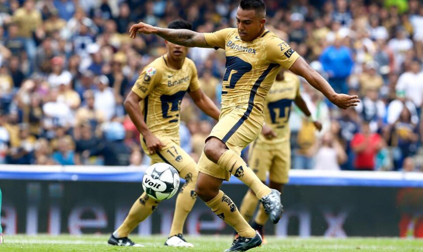 Javier Cortés, autor del gol del triunfo de Pumas sobre León; el atacante ha sido criticado por la afición de descuidar su peso.