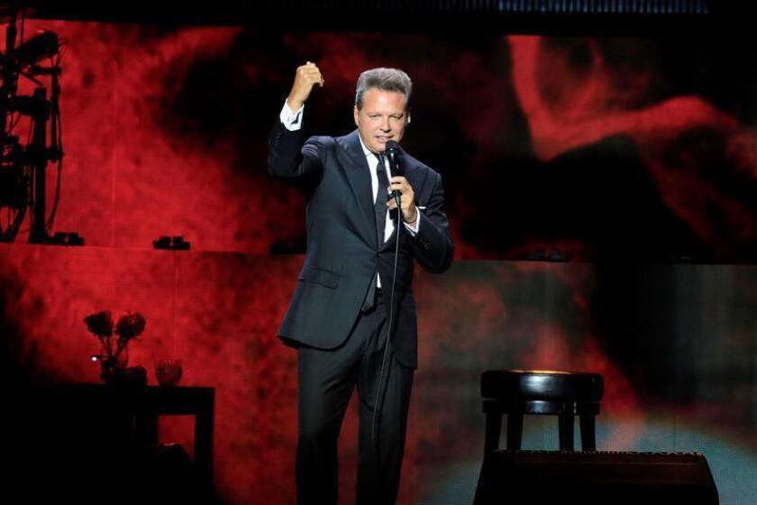 """El cantante mexicano Luis Miguel, durante el concierto que ha ofrecido en el Winzink Center de Madrid, incluido en su gira """"México por Siempre"""". EFE"""