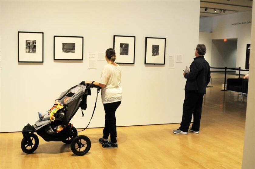 """Fotografía del 30 de noviembre de 2018, donde aparecen unas personas mirando las obras que componen la muestra """"Fotógrafos mexicanos, Miradas mexicanas"""" en el Museo de Arte de Phoenix, Arizona (EE.UU.). EFE"""
