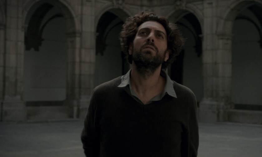 """Álvaro Ogalla es un estudiante de filosofía que ha decidido abandonar la fe que le fue impuesta sin su consentimiento desde que era niño en la cinta """"El Apóstata""""."""