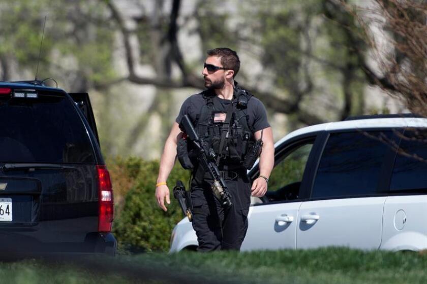 Un agente del servicio secreto patrulla el ala norte de la Casa Blanca. Una mujer estrelló hoy su vehículo contra una de las vallas de seguridad que protegen la Casa Blanca, lo que obligó a cerrar temporalmente el complejo donde se encuentra la sede del Gobierno, informó el servicio secreto. EFE/Archivo