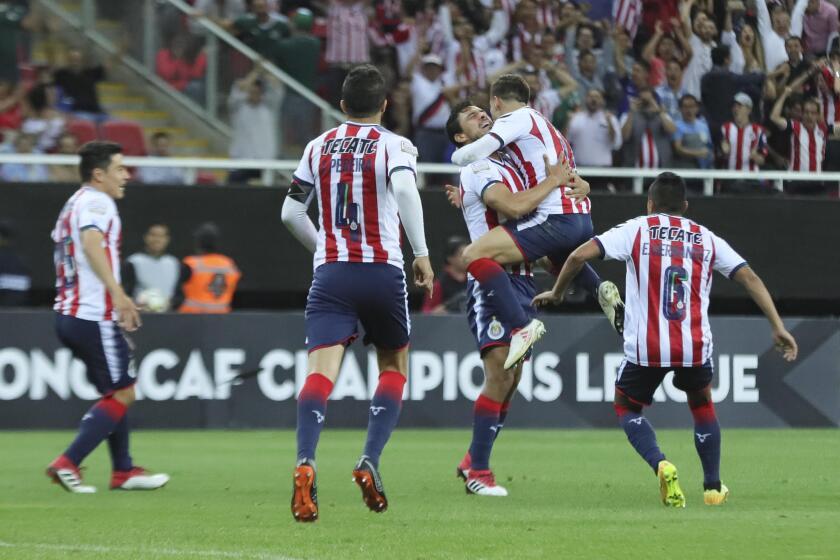 Jugadores de Chivas de México celebra la anotación de un gol hoy, miércoles 14 de marzo de 2018, durante un partido de vuelta de los cuartos de final de la Liga de Campeones de la Concacaf, celebrado en el estadio Akron en la ciudad de Guadalajara, Jalisco (México).