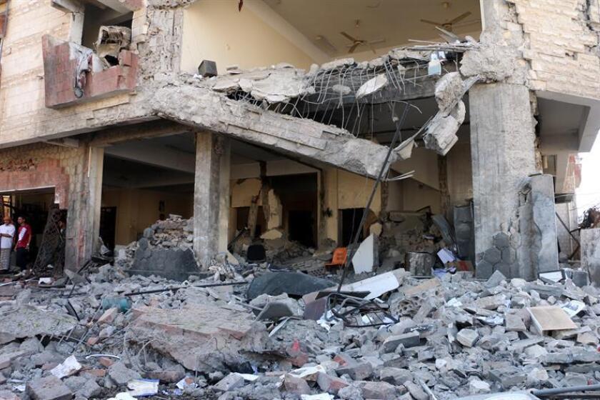 La bomba empleada recientemente por la coalición liderada por Arabia Saudí contra varios autobuses que transportaban a menores en un mercado de Dahian, en el norte de Yemen, fue suministrada dentro de un acuerdo de venta con EE.UU., informó hoy la cadena de televisión estadounidense CNN. EFE/STRINGER/Archivo