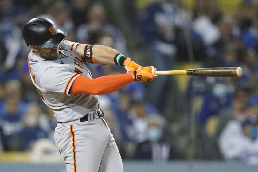 El jugador de los Gigantes de San Francisco Evan Longoria pega un jonrón solitario contra los Dodgers