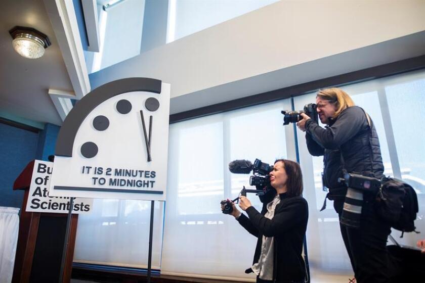 """Durante 2018 la lucha contra el cambio climático se frenó, las amenazas nucleares se multiplicaron y las noticias falsas consolidaron una nueva arma: la desinformación. Así, """"El Reloj del Apocalipsis"""" se paró hoy a dos minutos del abismo, como en los peores momentos de la Guerra Fría. EFE/Archivo"""