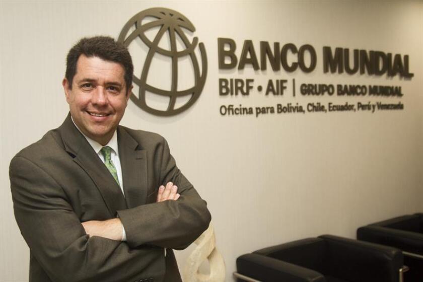 """""""Esta financiación adicional refleja el compromiso tanto del Gobierno (ecuatoriano) como del Banco Mundial en invertir en un proyecto de transporte que transformará Quito, con gran repercusión en la calidad de vida de sus ciudadanos"""", señaló en esa nota el director del BM para los países andinos, Alberto Rodríguez. EFE/Archivo"""